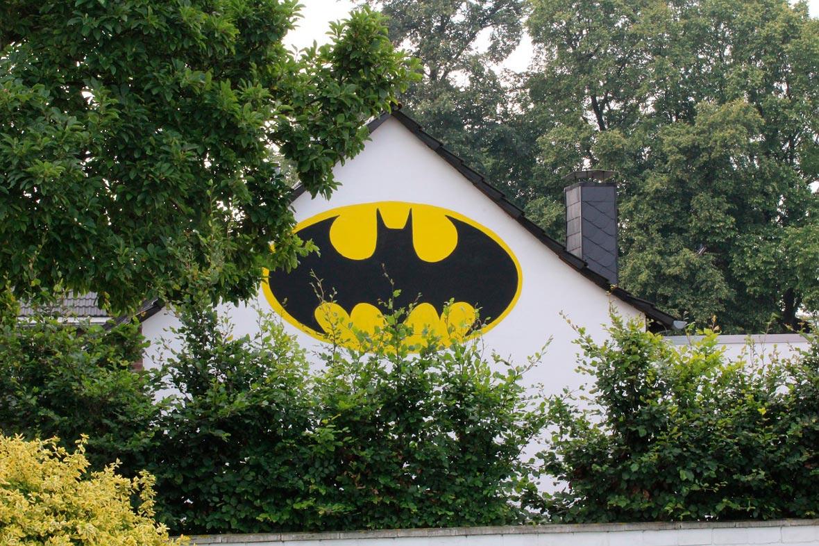 Casa con el sello de identidad de Batman