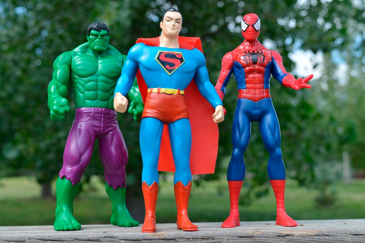 Héroes como Hulk, Superman y Spiderman en miniatura