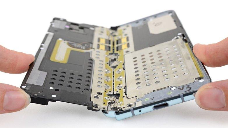 iFixit muestra el problema del Galaxy Fold y Samsung les pide que retiren el desmontaje